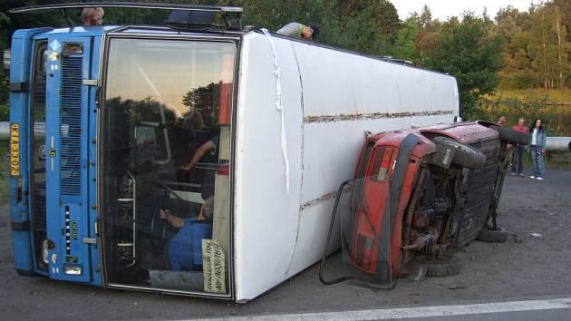 Cvičení IZS při simulované nehodě autobusu.