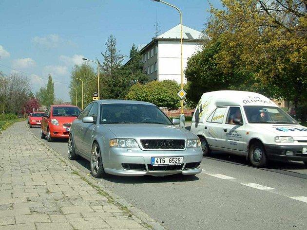 Jedním z míst, kde se bude v nejbližší době parkovat jinak, je komunikace na ulici Na Nábřeží.