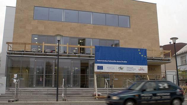 V Karviné finišuje rekonstrukce Obecního domu Družba. Po rok trvající přestavbě by měl být otevřen už za měsíc