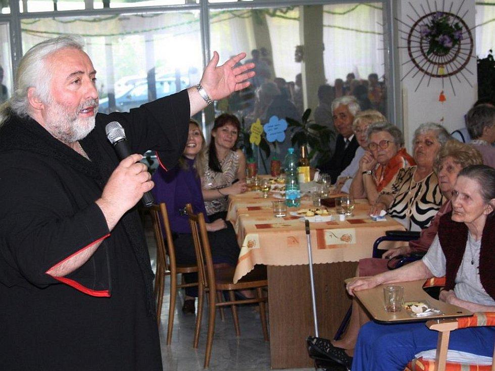 Májová veselice v penzionu Luna v havířovském Šumbarku. Zpíval i řecký zpěvák Statis Prusalis