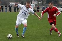 Fotbalisté Petrovic (vlevo Šuster) si přivezli bod z Krnova.