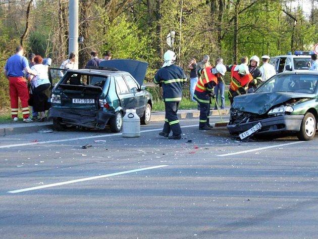 Přes poškození vozidel je až neuvěřitelné, že se nikomu nic nestalo.