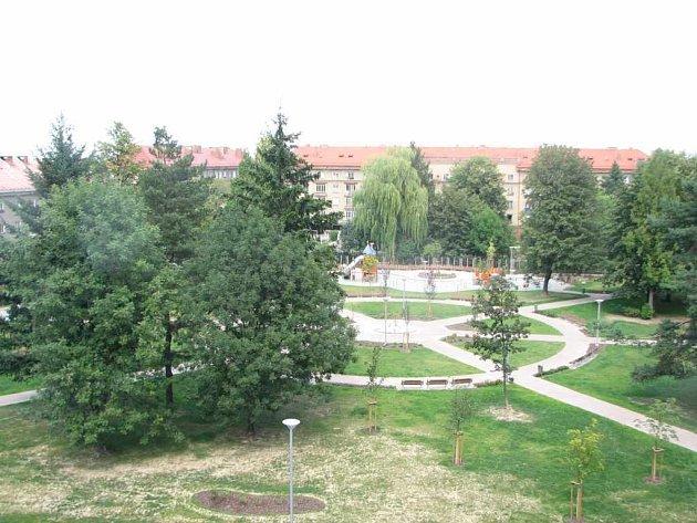 Současnost. V parku dominují obrovské stromy, upravené cestičky a dětské hřiště.