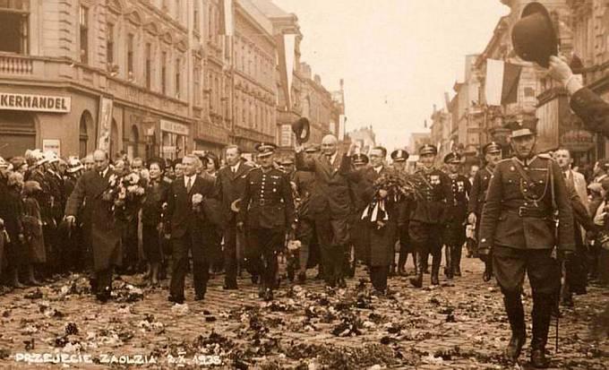 Další útok. Polská armáda vstupuje do Českého Těšína (přejmenovaného na Cieszyn Zachodni), nadšeně vítána místními Poláky