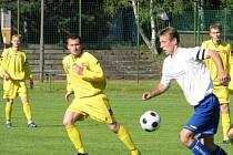 Fotbalisté orlovské Slavie (ve žlutém) si v posledním zápase trhli v domácím prostředí pořádnou ostudu, když podlehli zachraňujícím ase Hranicím 0:4.