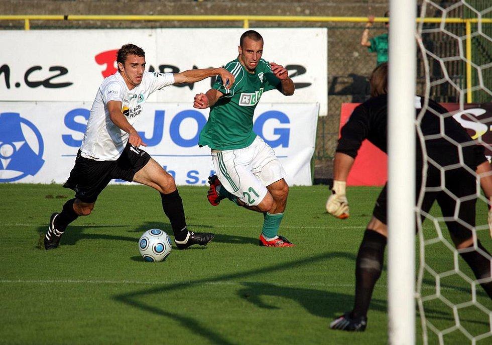 Karvinští fotbalisté (v zelených dresech) zdolali Most hladce 4:0.