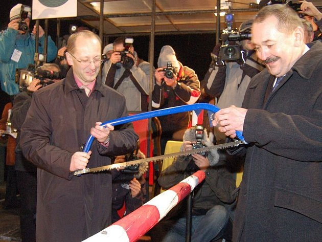 Starosta Českého Těšína Vít Slováček (vlevo) a starosta Cieszyna Bogdan Ficek přeřezali symbolickou hraniční závoru.