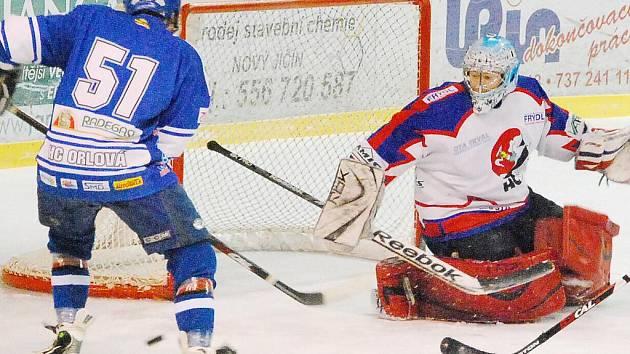 Orlovští hokejisté (vlevo Jakub Hanzl) potvrdili roli favorita a postoupili do finále krajské ligy.
