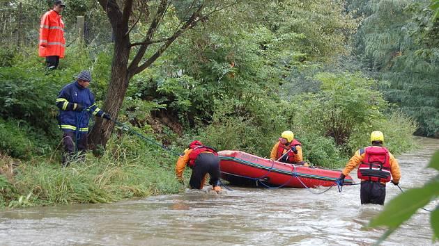 Záchranáři pátrají v říčce Hvozdnici v Oticích na Opavsku po dvacetiměsíčním ztraceném chlapečkovi.