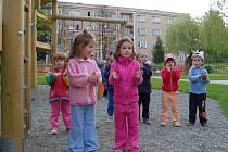 Děti z okolí MŠ Žižkova si budou moci zanedlouho hrát na novém hřišti.