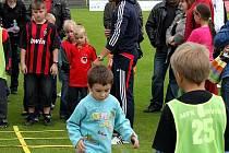 Děti mohou soutěžit se svými rodiči v celonárodním fotbalovém programu Pomáháme vám růst.