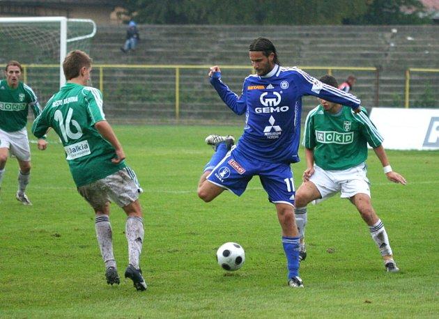 Olomoucý Melinho předvádí karvinským hráčům Jursovi (vlevo) a Brezničanovi brazilské taneční kreace.