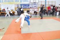 Tomáš Morcinek (v modrém kimonu) hází svého soupeře.