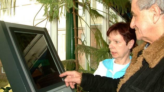 Pacientům pomáhají v obsluze automatu zaměstnanci nemocnice.