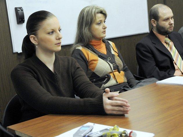 Zleva matka dítěte Aneta Tokarčiková, Judita Kachlová a Daniel Rychlik.