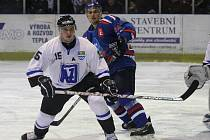 Havířovští hokejisté (bílé dresy) dokázali vyplenit domácí stánek Orlové.