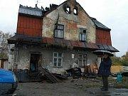 Vyhořelý dům si prohlédl statik, který nařídil demolici