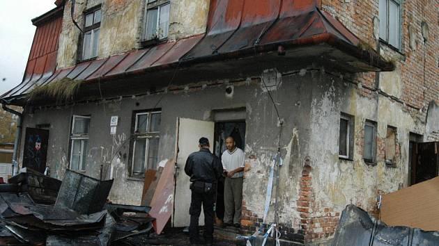 Demolici se v kolonii nevyhnul ani dům, který před časem vyhořel.