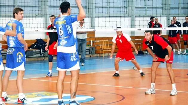 Volejbalisté Slavie Havířov (vzadu) podali proti favorizované extraligové Opavě nadšený výkon.