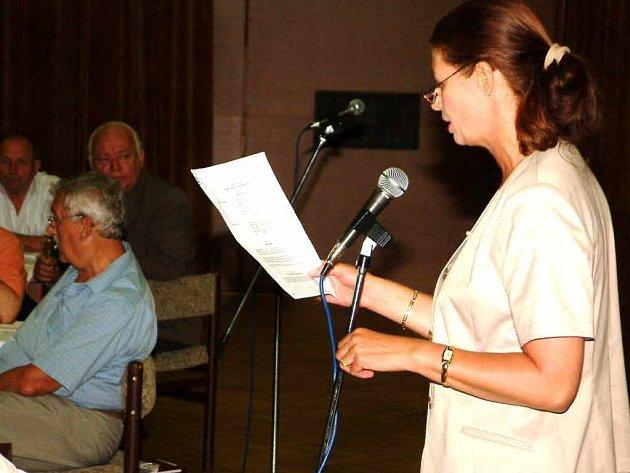 Během zasedání přečetla vedoucí odboru školství a kultury havířovského magistrátu Iva Sandriová smlouvu, která sice dává přednost na využití budov Institutu celoživotního vzdělávání, ale nemluví o konkrétní výšce nájmu.