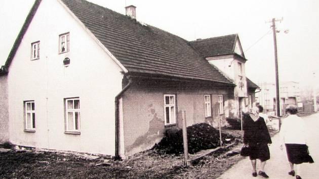 Dobová fotografie zachycuje původní budovu.
