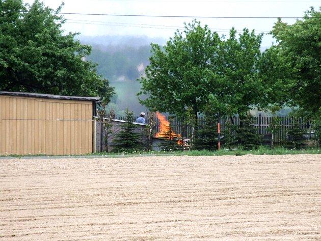 Muž spaloval odpad na své zahradě