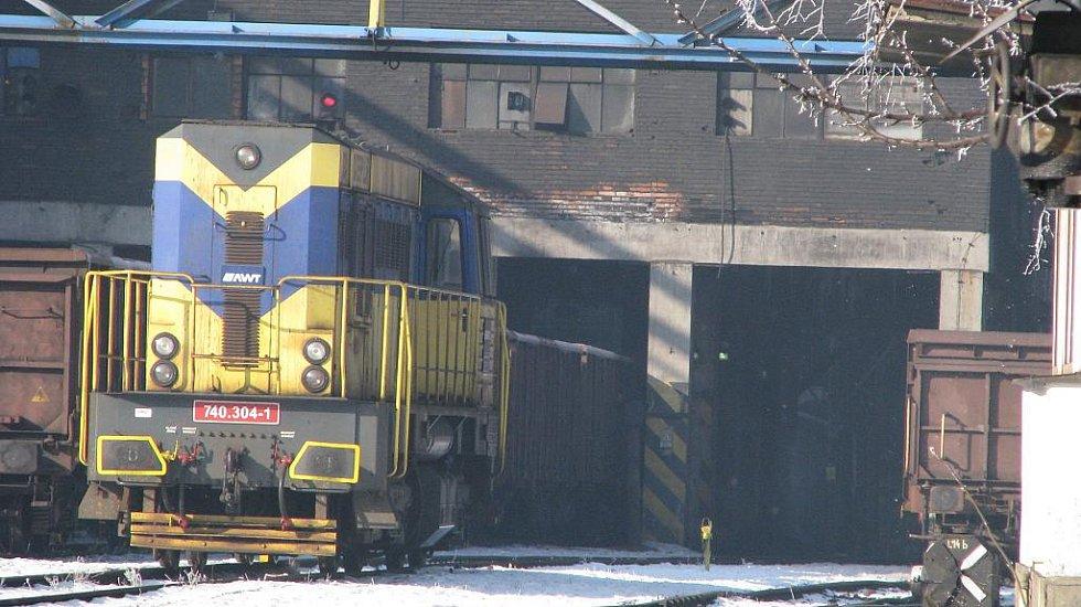 Nákladní vlaky přepravují na Ostravsku tisíce tun uhlí. Nakládka u Dolu Lazy v Orlové