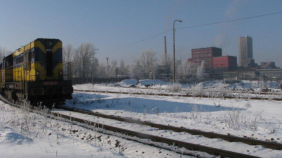 Nákladní vlaky přepravují na Ostravsku tisíce tun uhlí. V pozadí Důl Lazy v Orlové