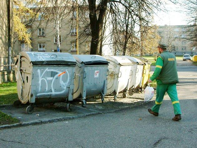 Technické služby už daly na ulici Lípovou plechové kontejnery a budou doufat, že ty lákat žháře nebudou.