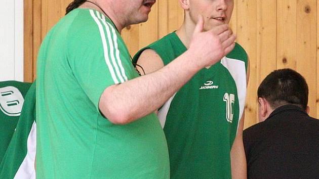 Trenér Miroslav Mrowiec zrovna něco vysvětluje Dominiku Šímovi. Juniorka Karviné se letos s přehledem udržela v I. lize.