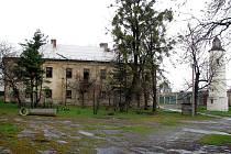 Chátrající zámek v Chotěbuzi