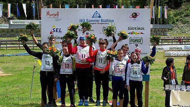 Flower ceremony – první ocenění medailistů květinami těsně po dokončení závodu. Táňa Fidlerová vepředu druhá zprava (v týmu na třetím místě).