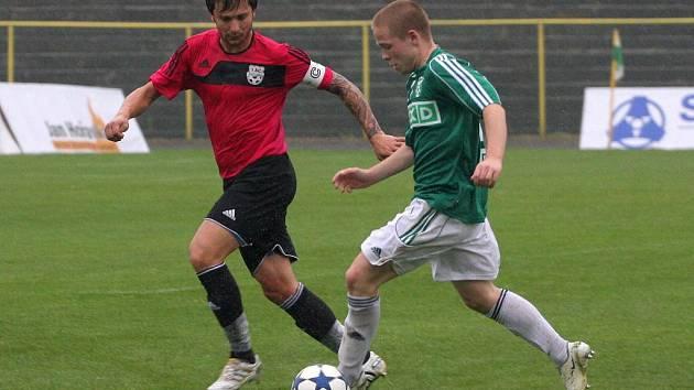 Ondřej Ficek (v zeleném) nehrál proti Znojmu vůbec špatný zápas. Byl hodně vidět a dal i úvodní gól.