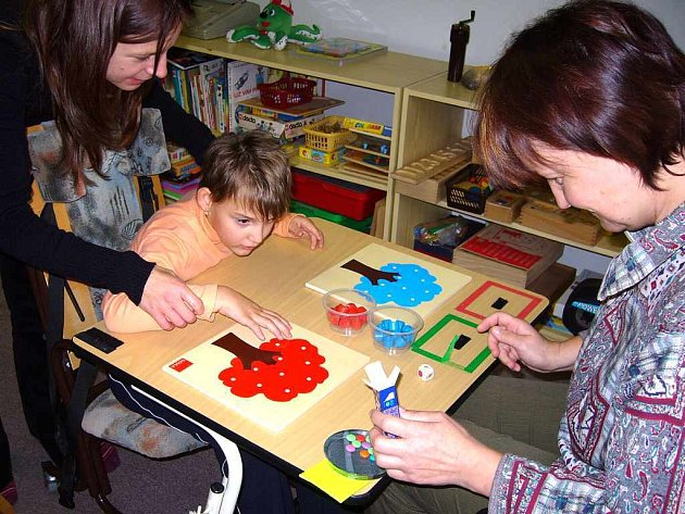 Pracovníci poradenského střediska pracují s dítětem.