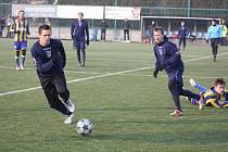 Fotbalisté Havířova (tmavé dresy) začali přípravu porážkou v Opavě, když předvedli hodně nepovedený výkon.