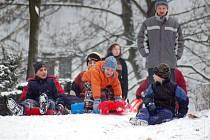 Děti se ze sněhu radují