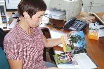 Mluvčí havířovského magistrátu Jana Pondělíčková ukazuje nové propagační materiály.
