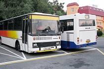Autobusy mají na parkovišti omezený počet míst