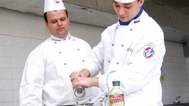 David Košťál (vpravo) dokázal na prestižní soutěži kuchařů vybojovat druhé místo i díky konzultacím s pedagogem Jaroslavem Paululikem.