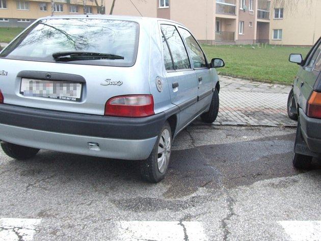 Jedno z vozidel, které zloděj zbavil benzinu
