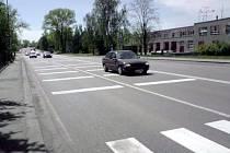 Bílé příčné pruhy na vozovce nutí opticky řidiče zpomalit