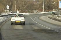 Řada silnic na Karvinsku je hned na začátku zimy v dezolátním stavu. Už po měsíci, kdy na cestách leží sníh, se v asfaltu obevují výtluky a cestáři musí na mnoha místech rozmisťovat značky omezující rychlost