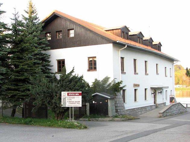 Budova při Těrlické přehradě po staletí slouží svému původnímu poslání.