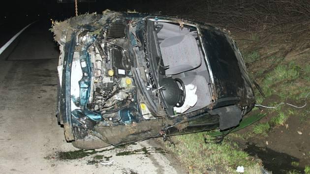 Havarovaný automobil, kterým jel opilý řidič