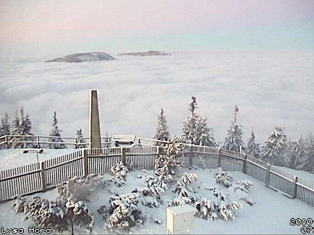 Pohled na inverzi z Lysé hory přes webovou kameru