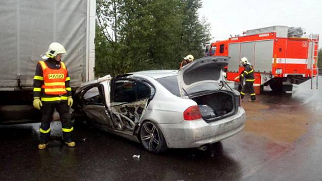 Nehoda osobního vozu s kamionem u železničního přejezdu v Karviné