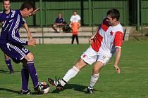 Orlovští fotbalisté (v sešívaných dresech) si doma v rámci 2. kola divize poradili s Mohelnicí a vyhráli 4:0.