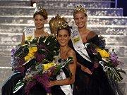 Aneta Vignerová (uprostřed) bude sedět rok na trůně, který patří Miss ČR.