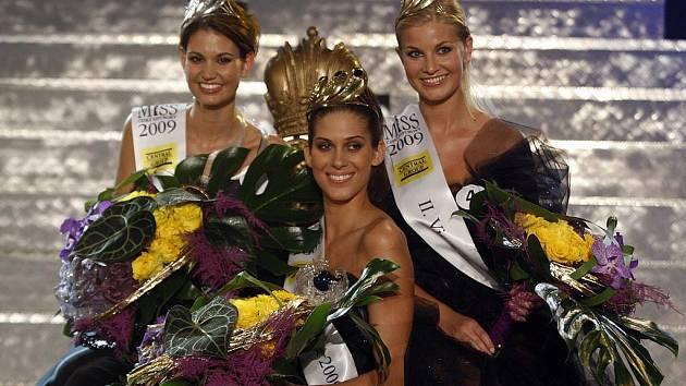 Miss České republiky 2009 Aneta Vignerová, 1. vicemiss Lucie Smatanová (vlevo) a 2. vicemiss Hana Věrná (vpravo).