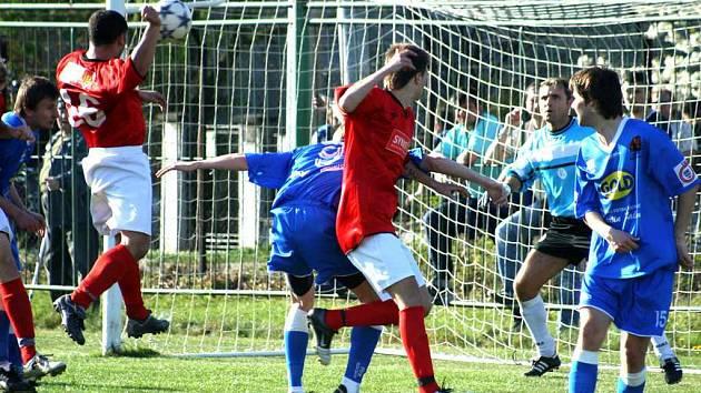 Fotbalisté MFK Havířov chtějí v neděli bodovat naplno. V zápase v Bohumíně (na snímku) právě střílí domácí Gábor jediný gól domácí celku, který pouze snížil na 1:4.